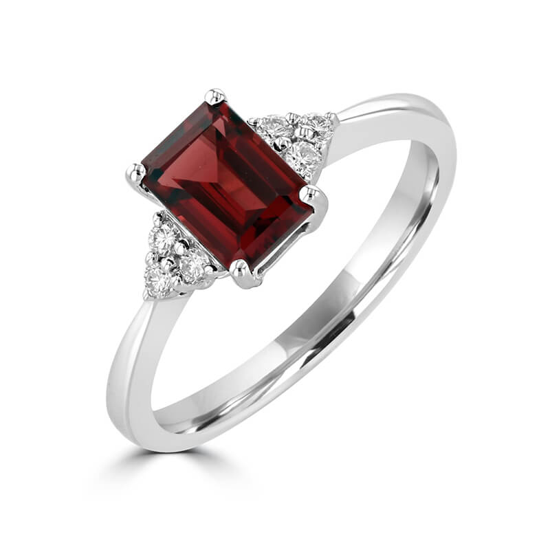 JCX391486: 5X7 EMERALD CUT GARNET WITH THREE DIAMONDS ON EACH SIDE RING